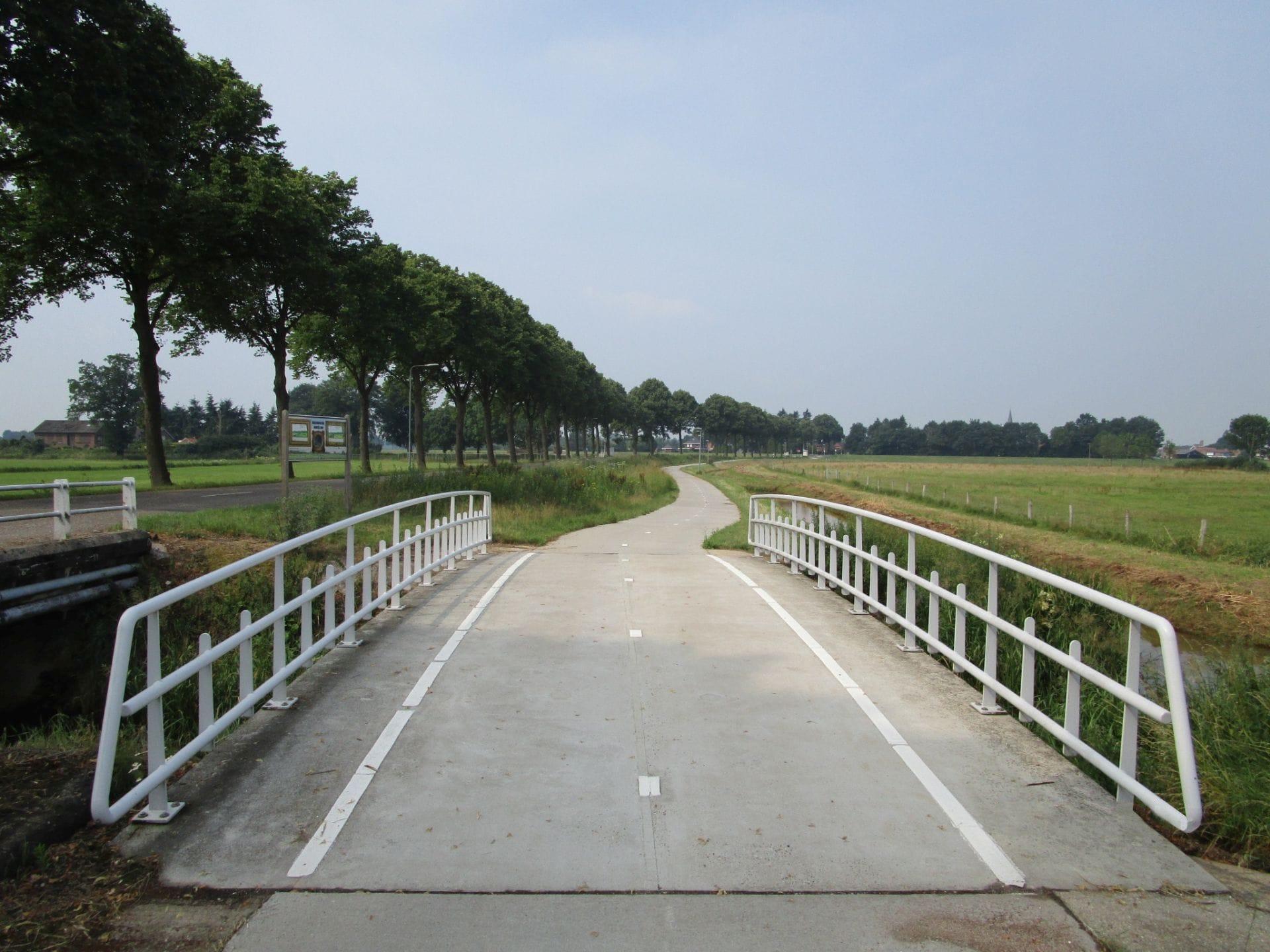 AVG Infra Nederland legt wegen aan. Van grote landelijke wegenbouw projecten en infrawerken tot en met kleine projecten, AVG heeft een zeer ruime ervaring in grond-, weg- en waterbouw.