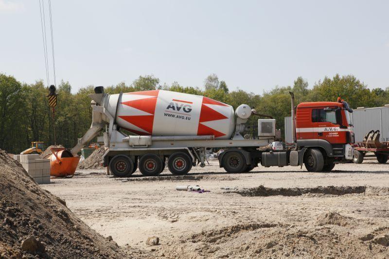 lossen-beton-betonmixer-vrachtwagen-avg-bouwstoffen