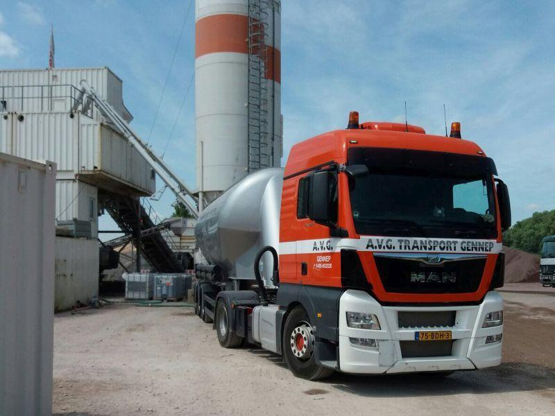 AVG Transport & Verhuur voor transport en logistiek bij grond-, weg- en waterbouwprojecten. Kippertransport, betontransport, volumetransport, silotransport, verhuur grondverzet machines, gladheidsbestrijding.