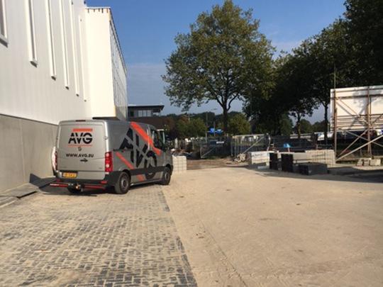Nieuwbouw logistieke bedrijfshal VTS Boxmeer. De infrastructuur voor de nieuwe hallen van VTS Boxmeer gaf Bouwbedrijf Van de Ven uit handenaan AVG Infra. De opdracht betreft het grondwerk voor de nieuwbouw. Het aanbrengen van500 meter infiltratieriool, de buitenriolering, het verruimen van de aangelegen waterpartij voor infiltratie en ca. 7.000 m2straatwerk. Het beton voor de nieuwbouw wordt geleverd doorAVG Heymix. AVG Transport verzorgde het benodigde vervoer van bouwmaterialen.