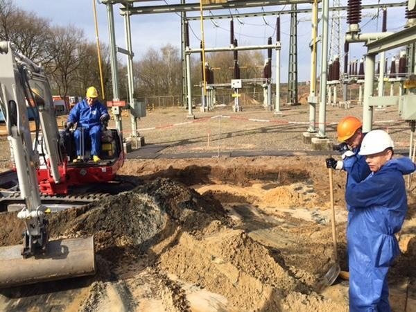Enexis wil in de toekomst veilig nieuwe kabels in de grond kunnen leggen, zonder gezondheidsrisico's, en gaf AVG Infra opdracht voor de omvangrijke bodemsanering. Elke dag worden door AVG Infra vakken van 1,5 meter diep afgegraven. Elk ontgraven vak moet dezelfde dag weer aangevuld zijn met schoon zand.