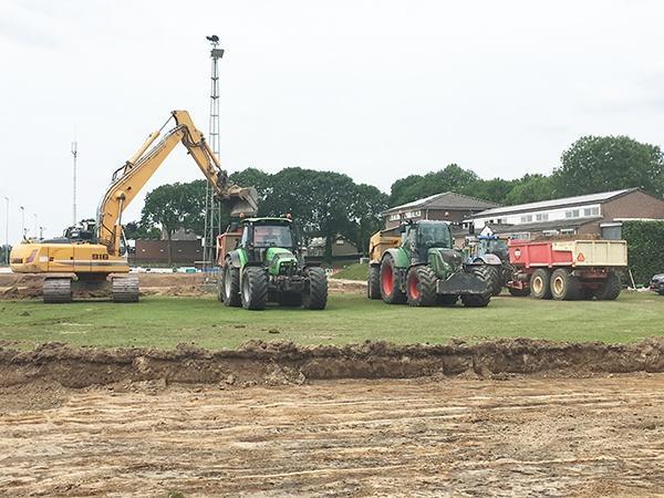 Innvatieve nieuwe natuurgrasmat voor voetbalvelden van Achates in Ottersum. AVG heeft van ingenieursbureau SWECO en de gemeente Gennep, de opdracht gekregen voor de renovatie van twee sportvelden.
