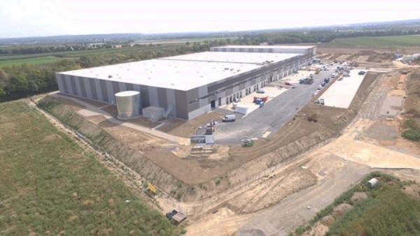 AVG Bau arbeitet für GOLDBECK an einem neuen DHL-Logistikzentrum. Vom Bauunternehmen GOLDBECK erhielt AVG Bau den Auftrag, u.a. die Erdarbeiten, die Kanalisationsarbeiten sowie die Trag- und Deckschichten der Logistikhallen und des Außengeländes zu übernehmen.