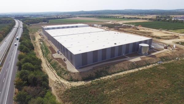 AVG Bau werkt voor GOLDBECK aan nieuw logistiekcentrum voor DHL. Van aannemer GOLDBECK kreeg AVG Bau de opdracht voor onder andere het grondwerk, de rioleringswerkzaamheden en de verhardingen, voor de logistieke hallen en het buitenterrein.