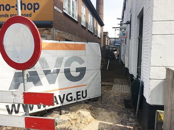 In opdracht van Dagbesteding Cuijk gaf AVG Infra Nederland het Tuigleerstraatje in Cuijk een opknapbeurt. De riolering in het steegje en pleintje werd vervangen en aangepast naar de hedendaagse behoefte en het nieuwe straatwerk werd zo aangebracht dat de mensen met een beperking hier makkelijk hun weg vinden.