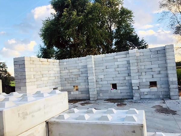 Razendsnel een hal bouwen met betonblokken. AVG Bouwstoffen heeft iov Hoex Bouw bouwbedrijf Baublocks geproduceerd en geplaatst voor een constructie van een opslaghal voor landbouwmachines in Vierlingsbeek. Ruim 900 AVG Baublocks van diverse afmetingen hebben bijgedragen aan deze constructie van 26 meter lang, 18 meter breed en 5 meter hoog. Met AVG Baublocks kan snel en flexibel bijna elke opslaghal worden gebouwd. AVG Heymix leverde het beton voor onder andere de vloeren.