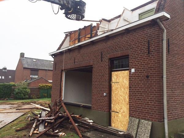 AVG Infra wordt veel gevraagd als aannemer voor sloopwerken, sloopbedrijf in Limburg, Brabant en Gelderland. Voor gemeenten, woningbouwverenigingen, projectontwikkelaars en aannemers in deze grote regio zijn wij dé partner op het gebied van sloopwerken. Totaalsloopwerken en renovatiesloopwerken verrichten wij al vele jaren vakkundig en veilig volgens de beoordelingsrichtlijn BRL SVMS-007. Met deskundig en gemotiveerd personeel en een groot arsenaal modern materieel voeren wij in eigen beheer ieder project in elke omvang uit. Voor onze opdrachtgevers verzorgen wij de totale sloop; vanaf het aanvragen van sloopvergunningen, het sloopveiligheidsplan, het sloopwerk, de afvoer van de materialen, de duurzame recycling ervan tot nieuwe grondstoffen, tot en met het opleveren van bouwrijpe grond. Circulair slopen staat bij AVG Infra voorop. Circulair slopen betekent dat alle materialen, het sloopafval, wordt gerecycled en vervolgens weer als grondstof dient voor nieuwe bouwstoffen en producten.