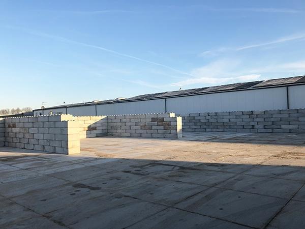 Opslagboxen scheiden met AVG Baublocks. Betonblokken, stapelblokken van beton, bouwblokken van beton.