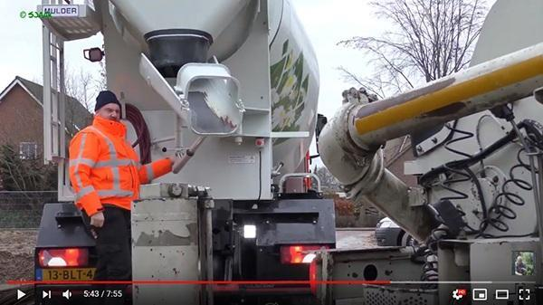 Beton storten door AVG Heijmix betoncentrale. Film van Sjaak Jakobs. Honderd procent elektrische betonmixer wordt ingezet in Mook.