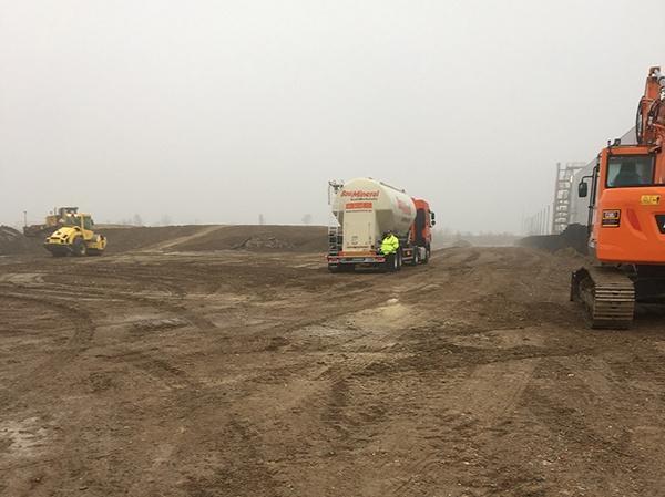 Goodman breidt zijn portfolioin het Regiopark Mönchengladbach uit met eennieuw grondstuk van ca. 60.000 m². AVG gaat het bedrijventerrein aanleggen en is begonnen met de grondwerkzaamheden om het terrein bouwrijp te maken. AVG Bau Goch en AVG Baustoffe Duisburg zijn gestart met de voorbereidende grondwerkzaamheden.Momenteel wordt het terrein één tot anderhalve meteropgehoogd. AVG Baustoffe Duisburg levert daarvoor130.000 ton grond en 30.000 ton menggranulaat.