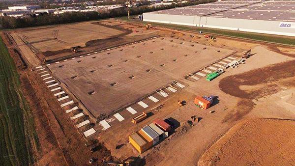 Nieuw logistiek centrum Fiege Emmerich. AVG Bau Goch kreeg van Goldbeck International GmbH de opdracht voor alle grondwerkzaamheden waaronder het grondverzet, alle verhardingen van asfalt en straatwerk en rioleringswerkzaamheden.