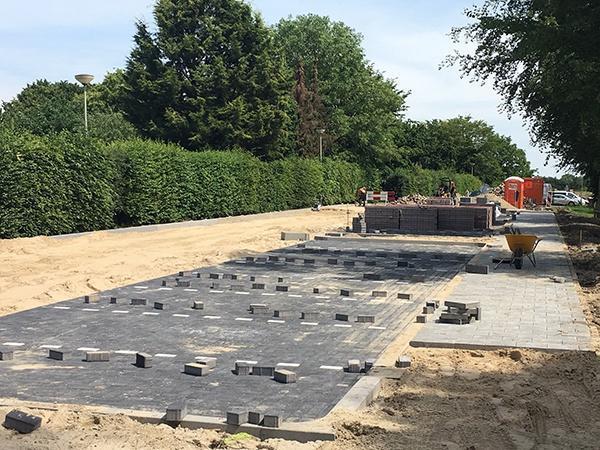AVG Wegenbouw legt nieuwe parkeerplaatsen aan voor gemeente Gennep, inclusief bestrating.