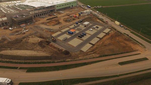 Grondverzet, grondwerkzaamheden, riolering aanleggen, verhardingen met asfalt en straatwerk, bestrating. AVG Bau Goch werkt in opdracht van Goldbeck Nord aan logistiekcentrum voor Röhlig Logistics in Nettetal