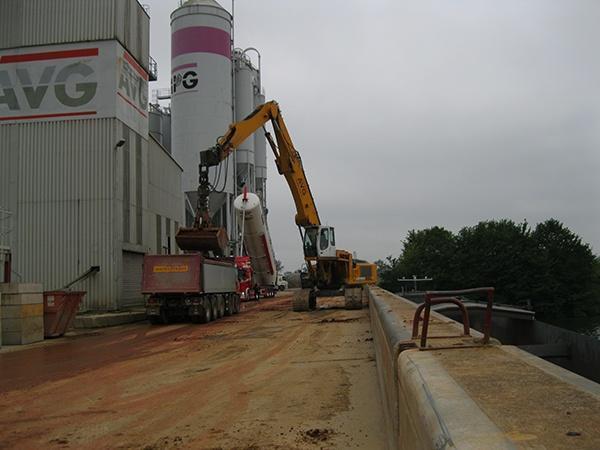 Güterumschlag im Hafen Heijen. Im AVG-Hafen in Heijen werden nicht nur Rohstoffe für AVG-Produkte per Schiff angeliefert, auch andere Unternehmen erhalten von AVG die Möglichkeit, Güter dort zu lagern und in LKW umzuladen.