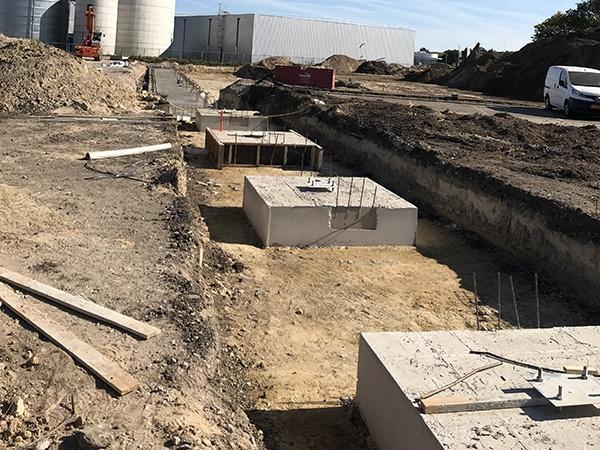 Bau Distributionszentrum Nabuurs Haps durch AVG Tiefbau, Infra. Tiefbau, Strassenbau, AVG Bau Infra bei Nabuurs Haps Distributionszentrum, Industriehalle mit Erdbewegung, Regenwasser-Infiltration, Wasserbau, Kanalisation, Pflasterung