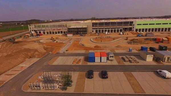 AVG Bau Goch, Tiefbau, war beim Bau Logistikzentrum Röhlig Logistics in Nettetal für die Erdarbeiten zuständig, setzte große Betonpfähle, die die Konstruktion tragen, verlegte die Kanalisation und führte alle Asphalt- und Pflasterarbeiten aus.