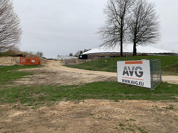 AVG Wegenbouw richt buitenterrein in bij nieuwbouw Vrijheidsmuseum Groesbeek: grondverzet, bestrating, aanleggen parkeerplaatsen.