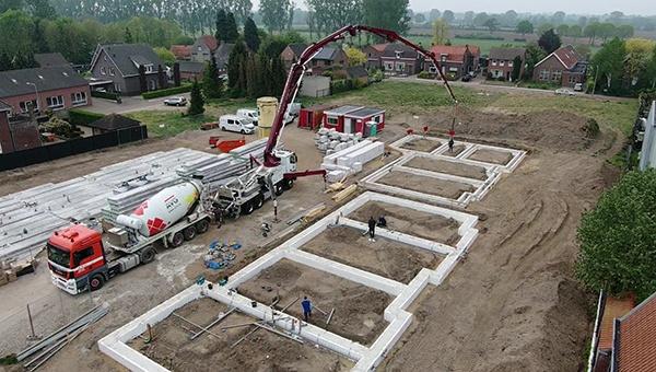 Baugrundvorbereitung Wohnungen Heijen. Grundarbeiten, Kanalisation, Beton, Pflasterarbeiten, usw. AVG Tiefbau, Strassenbau und Heymix.