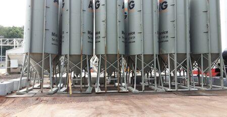 """AVG Mineralische Baustoffe beschikt over circa 25 mobiele opslagsilo's. Deze zijn zowel in de uitvoering """"vrije val silo"""" (met schroeftransporteur) als in de uitvoering """"druksilo"""" verkrijgbaar. De druksilo's hebben een dubbele behuizing waardoor er met luchtdruk gewerkt kan worden. De verschillende soorten silo's worden veelal gebruikt voor projecten in Nederland en Duitsland. De silo's dienen als tussenopslag voor poedervormige producten zoals cement. De opslagcapaciteit varieert van 29 tot 32 m³."""