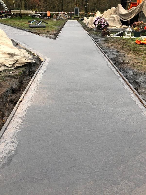 Die Firma Den Ouden hat den Auftrag erhalten, auf dem Friedhof am Kampweg in Gennep die Betonwege zu erneuern. Im Zuge dessen erhielt AVG Heymix den Auftrag, den neuen Beton zu liefern, und AVG Recycling fi el die Aufgabe zu, den alten Beton der bisherigen Wege zu recyceln.