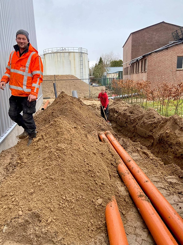 AVG Wegenbouw verzorgt grondwerk, afwatering, riolering en straatwerk - AVG Tiefbau übernimmt Erdarbeiten, Entwässerung, Kanalisation und Pflasterung