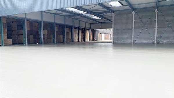 Asfalteren, betonvloer maken. Terrein inrichting voor DSV zaden in Ven-Zelderheide. AVG Wegenbouw heeft een constructie bedacht van menggranulaat met een asfalt onderlaag en daarop een 'combideklaag'. Een combideklaag is een laag ZOAB asfalt dat gevuld wordt met een betonslurrie. De betonslurrie zorgt er vervolgens voor dat de bovenste laag asfalt nagenoeg dezelfde strekte krijgt als reguliere beton. Een sterk voordeel van zo'n combideklaag is dat de vloer na een aantal dagen al in gebruik genomen kan worden.