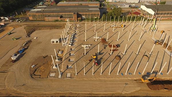 AVG Infra werkt mee aan bouw logistiekcentrum Panatonni in Voerde Duitsland. Aannemer Goldbeck tekent voor een energie effi ciënte bouwwijze van het modern logistieke centrum. AVG Bau neemt de verantwoordelijkheid voor onder andere: • het bouwrijp maken van de bodem. De grondwerkzaamheden beslaan 60.250 m2; • het aanleggen van ca. 1.200 meter drukleiding; • het aanleggen van ca. 4.000 meter riolering; • het plaatsen van ca. 3.800 meter trottoirband; • ca. 4.500 m2 straatwerk, wegaanleg voor auto's; • 1.800 m2 straatwerk, aanleg parkeerplaatsen voor auto's; • ca. 9.500 m2 asfalt voor vrachtvervoer.