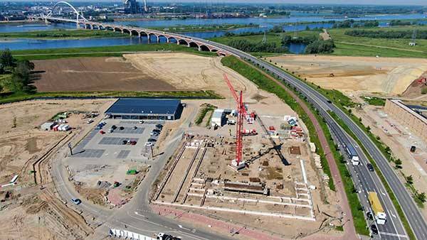 Elektrische Betonmischer im Einsatz für nachhaltiges Bauprojekt in Nijmegen. Einsatz von Hybrid und Elektromischern setzt Mertens auch auf andere Optionen, um eine möglichst nachhaltige Bauweise zu erreichen.